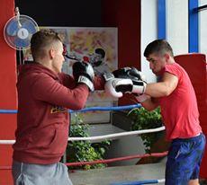 Trei sportivi boxează pentru medalie
