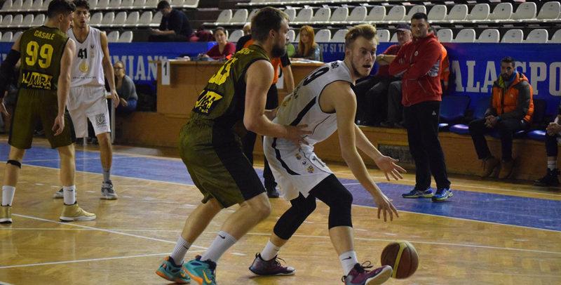 Echipa de baschet masculin joacă pe teren propriu