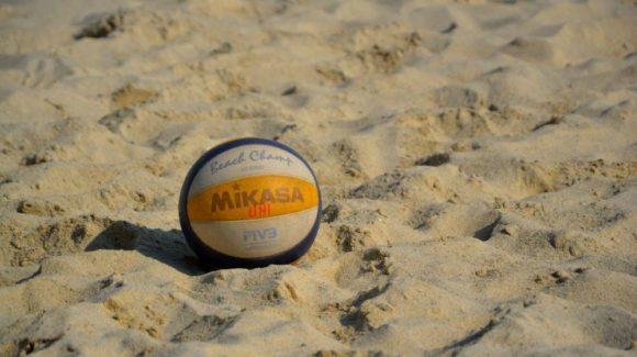 """""""U"""" are două echipe în finala de Beach Volley"""