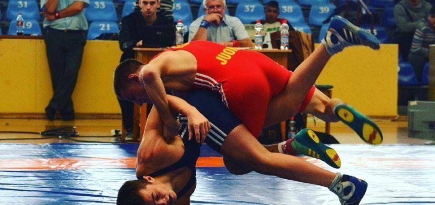 Încep competițiile naționale la lupte