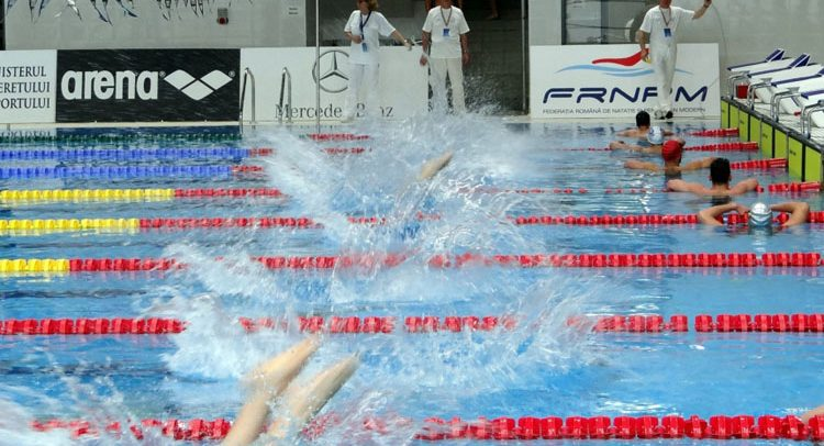Două competiții universitare la înot
