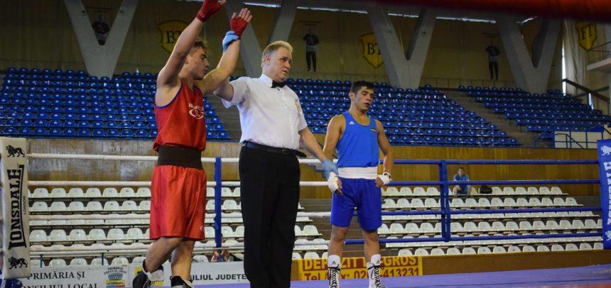 Pugiliștii universitari boxează pentru medalii la Piatra Neamț