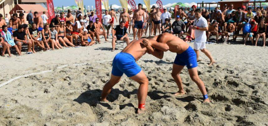 Sportivii universitari participă la finala de lupte pe plajă