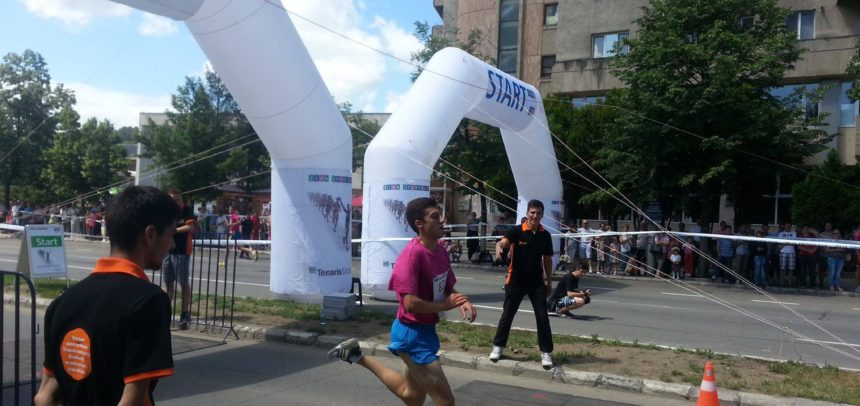 Șase atleți universitari aleargă la Semimaraton