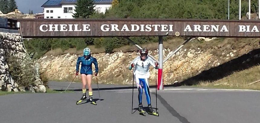 Doi sportivi participă la C.N. Schi Role